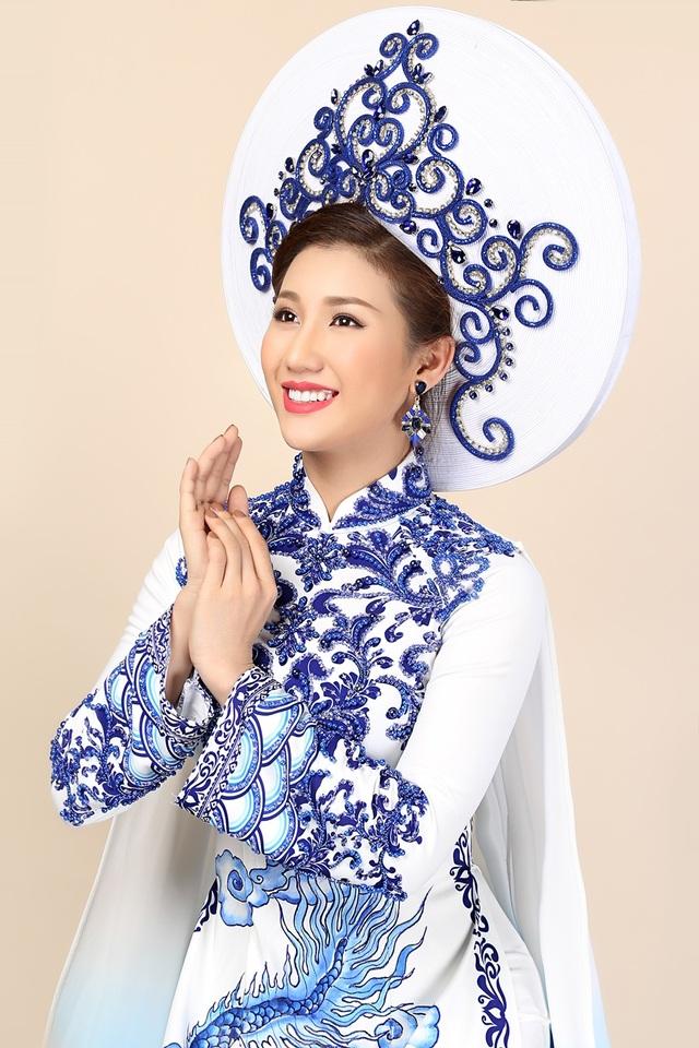 Bộ áo dài giúp tôn làn da trắng của Bảo Như và khiến người đẹp cảm giác tự tin khi trình diễn trên sân khấu chương trình.