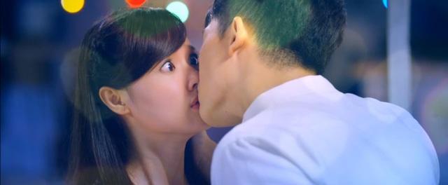 Diễn viên Midu cũng cho biết, cô hôn Harry Lu cũng giống như hôn… một đứa em trai nên cũng không có cảm giác lãng mạn hay xao xuyến.