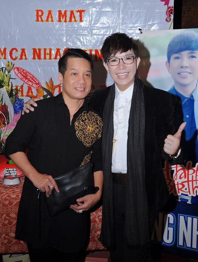 Danh hài Minh Nhí cũng đến chung vui cùng Long Nhật, cả hai đang cùng hoạt động tại sân khấu kịch Phú Nhuận của NSND Hồng Vân.