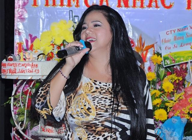 Giọng hát rock của thập niên 90 hát tặng Long Nhật ca khúc mở màn đêm sinh nhật. Chị từng lưu diễn cùng Long Nhật trong thời gian nhiều năm về trước.