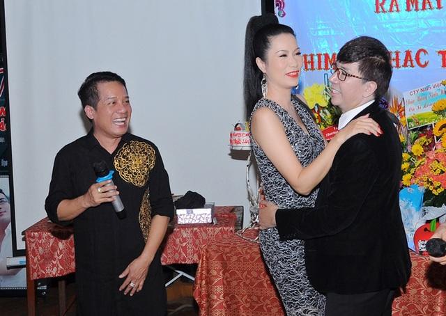 Không chỉ lên góp vui văn nghệ trong phần ca nhạc của đêm sinh nhật, á hậu Trịnh Kim Chi còn kết hợp với ca sĩ Long Nhật trong vũ điệu vui nhộn với sự cỗ vũ của danh hài Minh Nhí.
