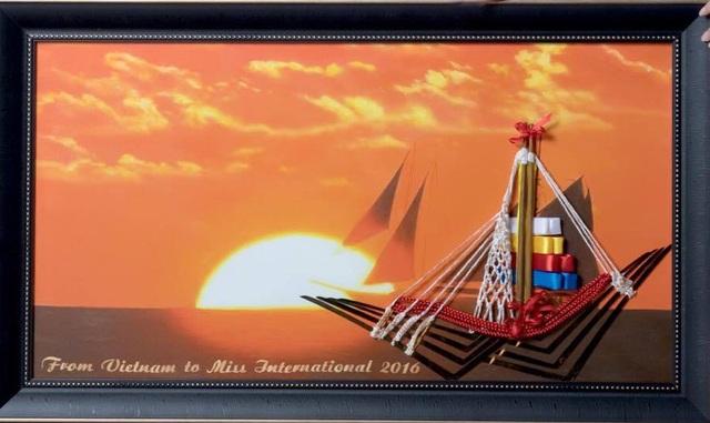 """Trong bức tranh, có chiếc thuyền đang hướng ra biển vào lúc bình minh khi mặt trời mọc (Nhật Bản vẫn hay được gọi là đất nước Mặt trời mọc). Đôi đũa được sử dụng để làm cột buồm, vì theo Phương Linh chia sẻ: """"Cột buồm được xem là nền tảng vững chắc để có thể căng buồm đưa thuyền ra biển và ý nghĩa hơn chính là thể hiện sự phát triển vượt bậc của đất nước""""."""