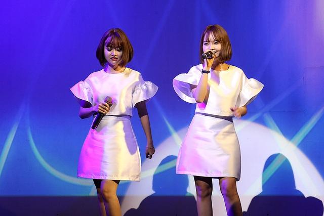Trước đó, nhóm The Twins mở màn chương trình với ca khúc Đường xa ướt mưa