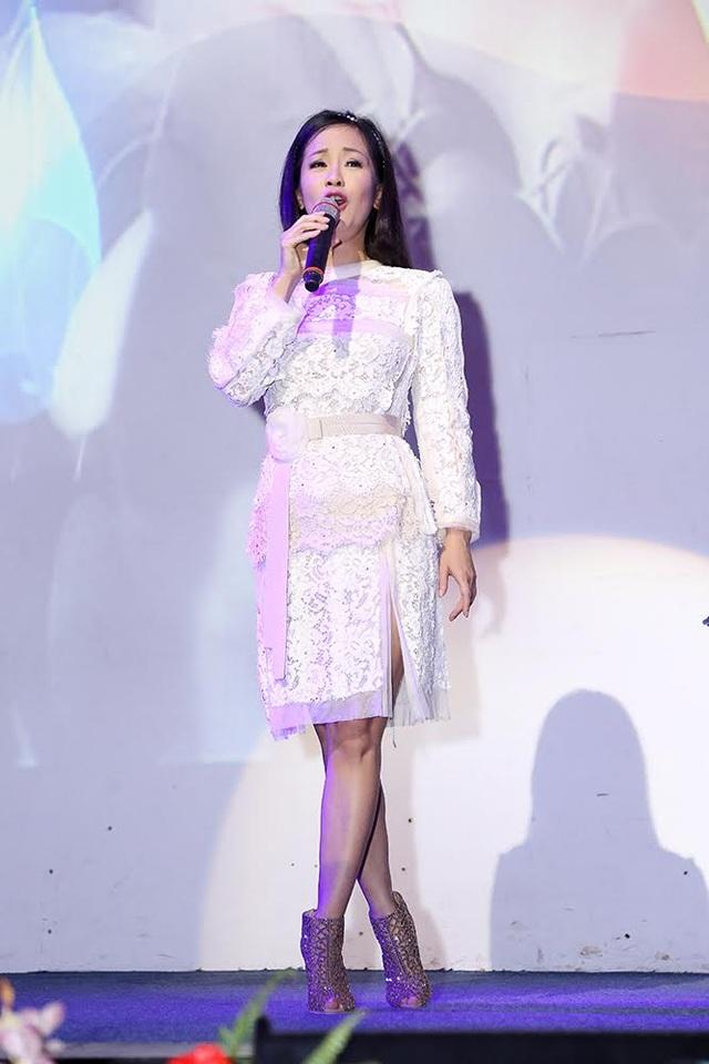 Diva Hồng Nhung vừa từ Nhật trở về cũng đã đến với đêm nhạc bằng những tình khúc của nhạc sĩ Trịnh Công Sơn.