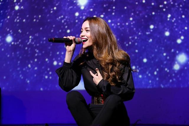 Cô thể hiện ca khúc Gửi người yêu cũ sâu lắng và tình cảm.