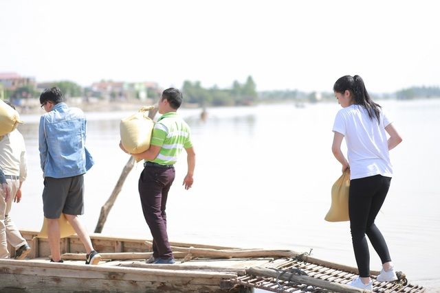 Hoa hậu Kỳ Duyên thăm bà con vùng lũ ở miền Trung - 5