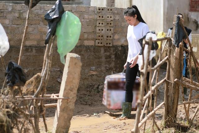 Riêng khi đến xã Quảng Trung, Kỳ Duyên và đoàn phải qua sông bằng thuyền và đi ủng vì đường quá lầy lội.