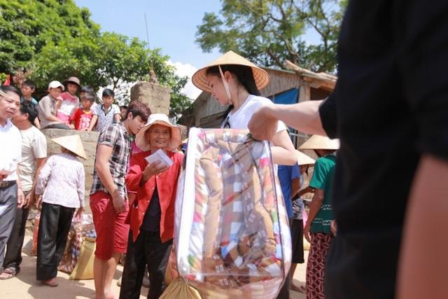Cô và đoàn từ thiện đã chia quà và tiền mặt thành 7 phần để ủng hộ cho người dân 6 xã thuộc huyện Quảng Trạch và trung tâm nuôi dưỡng trẻ em khuyết tật Vinsente cũng nằm trong khu vực này.