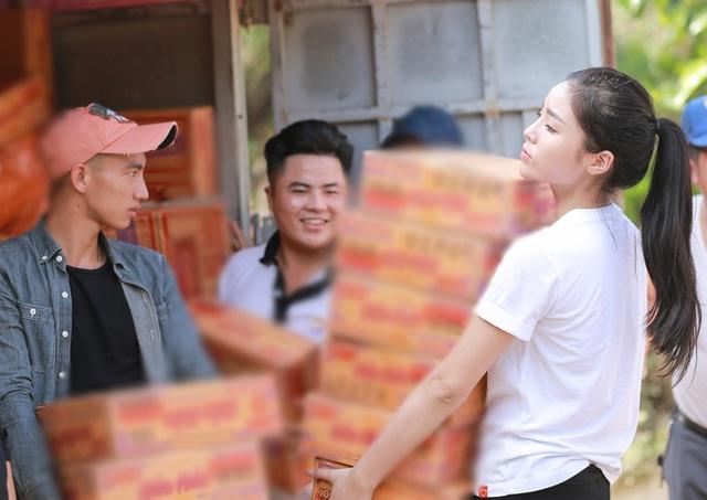 Hoa hậu Kỳ Duyên tự tay mình cùng mọi người vận chuyển hàng cứu trợ cho người dân nơi đây