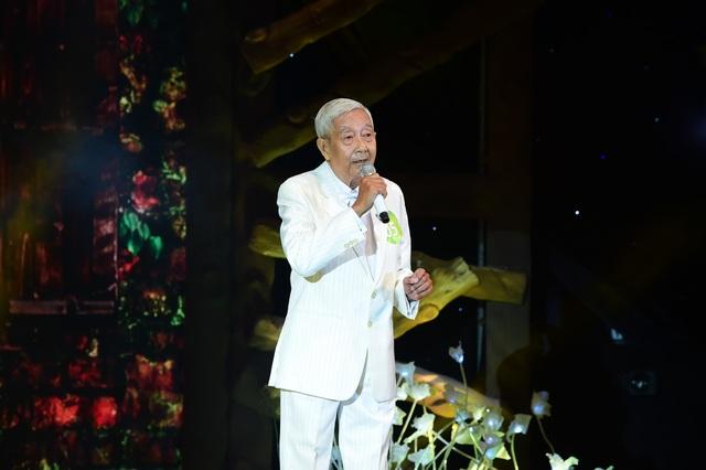 """Cũng trong Liveshow 5, cụ ông 78 tuổi lần nữa làm người xem nể phục và trân quý tình yêu âm nhạc dù tuổi đã cao. """"Hôm nay tôi hát hết mình không vì để được đi tiếp, mà vì sự thành công của cả chương trình"""" – cụ ông Nguyễn Thế Anh chia sẻ. Bên cạnh đó, ông cũng thừa nhận mình hát quên lời trong đêm thi sing off này."""