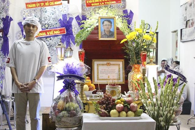 Con trai nhà văn Lê Văn Thảo buồn bã trong tang lễ của ba
