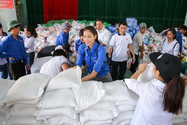 Hoa hậu Hoàn vũ 2015 đã không ngại khi cùng các bạn tình nguyện vác gạo, thực phẩm và quà tặng để trao tận tay các hộ có hoàn cảnh khó khăn.