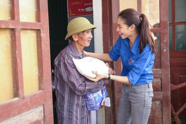 Ngoài việc phát quà, Phạm Hương cũng đã dành nhiều chia sẻ, động viên bà con sớm ổn định cuộc sống.