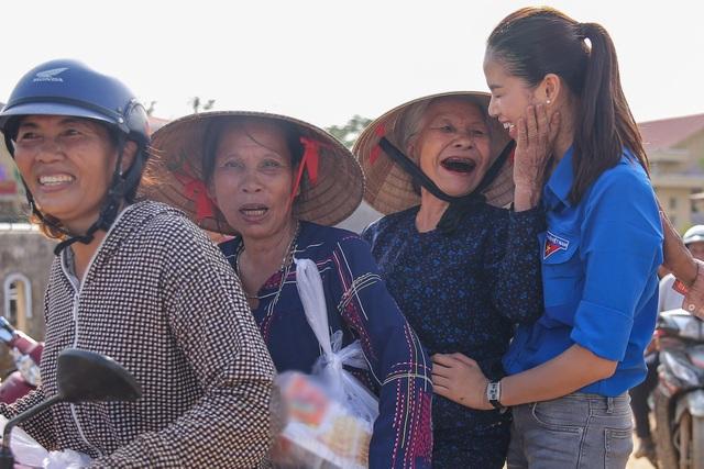 Phạm Hương cũng chia sẻ, việc cô tham gia các hoạt động thiện nguyện không chỉ đơn thuần là trao- nhận, mà đó là nơi để Phạm Hương gần gũi, chia sẻ và giúp đỡ những người khó khăn.