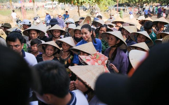 """Hoa hậu Phạm Hương trở thành """"thanh niên tình nguyện"""" cùng đồng bào miền Trung - 10"""