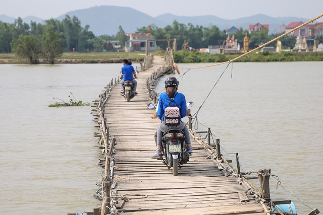 Để đến với những hộ gia đình khó khăn nhất, Phạm Hương đi xe máy vào khu vực vùng sâu nhất để thăm hỏi, động viên và trao quà trực tiếp cho các hộ.