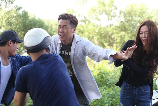 Trong Tình xuyên biên giới, nam tài tử nổi tiếng Mã Đức Chung (trong vai Mr.Chan) đã liều mình đứng ra giải cứu người yêu là nữ diễn viên, ca sĩ Khánh My thoát khỏi vòng vây của nhiều chàng trai khác đang theo đuổi cô.