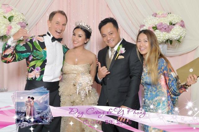 Y Phụng bên gia đình trong tiệc cưới tổ chức tại nhà hàng Jasmine, San Diego, Mỹ