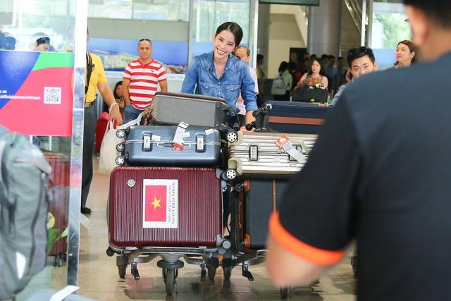 Được biết, tối qua Nam Em đã thức trắng đêm để thu xếp hành lý cũng như hồi hộp cho chuyến bay trở về nước. Với hành lí hơn 11 vali quần áo, đồ đạc và phụ kiện… Nam Em là một trong số những người đẹp Việt chuẩn bị kĩ càng nhất tại một cuộc thi quốc tế.