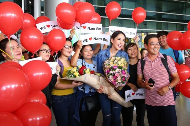 Với sự cuồng nhiệt của fan, nhiều khách có mặt tại sân bay nhanh chóng nhận ra người đẹp và xin chụp ảnh liên tục.