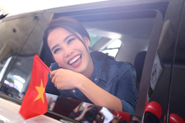 Nam Em cười rạng rỡ, được chào đón nồng nhiệt khi về Việt Nam - 11