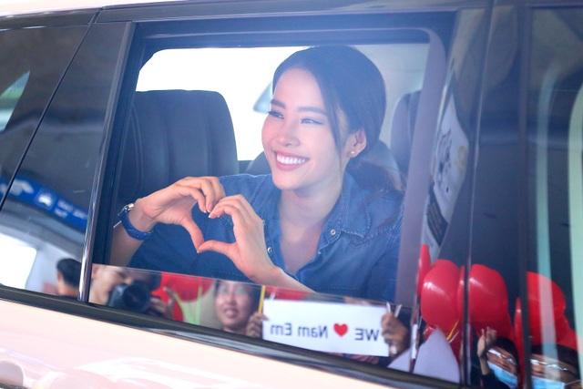 Nam Em cười rạng rỡ với hình ảnh cờ đỏ sao vàng và trái tim gửi đến người hâm mộ