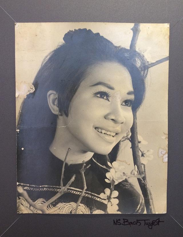 NSND Bạch Tuyết (sinh năm 1945) là người duy nhất được mệnh danh là Cải lương chi bảo (Bảo vật của sân khấu cải lương).