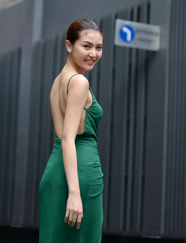 Ngọc Duyên với nụ cười rạng rỡ và khá thoải mái trong trang phục khoe lưng trần gợi cảm