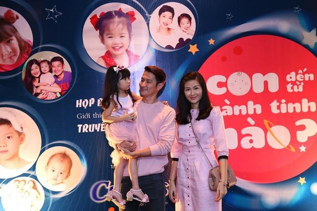 Đây cũng là lần hiếm hoi cả gia đình tham gia chương trình cùng con gái. Huy Khánh cũng chia sẻ, anh muốn dành thời gian bên gia đình và tham gia chương trình lần này nên đã hủy một bộ phim truyền hình vì không sắp được lịch.
