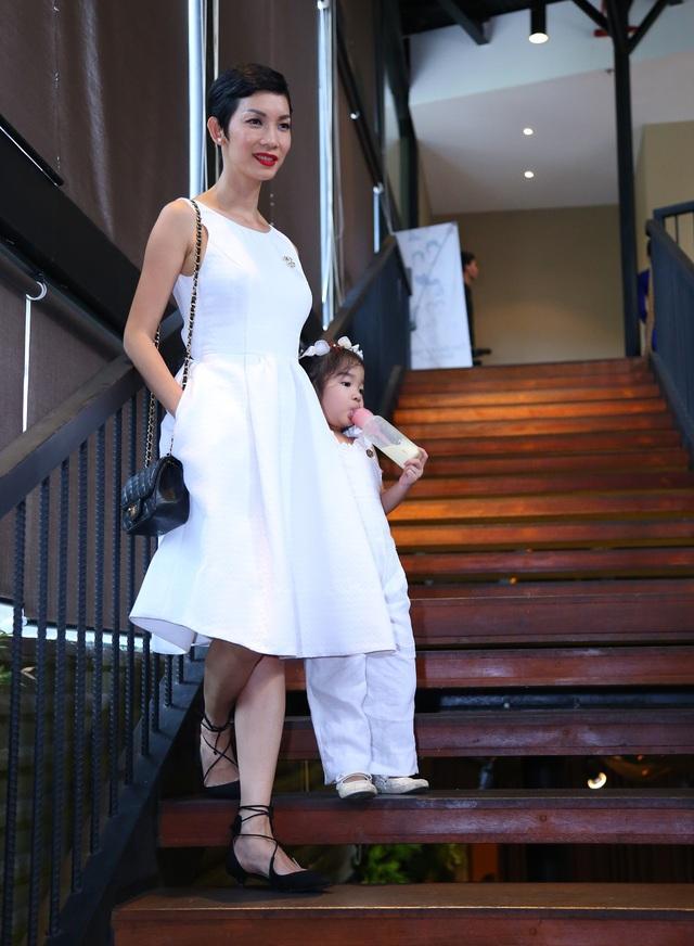 Bé Thỏ đi họp báo cùng mẹ nhưng không quên mang theo bình sữa của mình. Cô bé khá đáng yêu và tinh nghịch