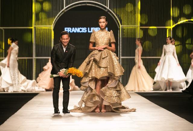 Nguyễn Oanh cùng nhà thiết kế Philippines trong màn chào kết