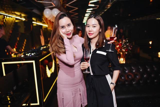 Lưu Hương Giang chia sẻ, sau thời gian lấy lại vóc dáng từ khi mang thai và sinh bé thứ 2, nữ ca sĩ sớm lấy lại vóc dáng để có thể mặc vừa thiết kế này.