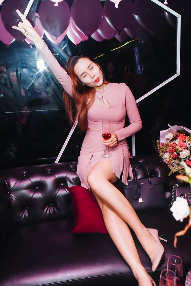 """Mới đây, trong tiệc sinh nhật của mình, nữ ca sĩ bất ngờ chia sẻ hình ảnh của mình với chiếc váy """"huyền thoại"""" lên đến 140 triệu đồng được cô đầu tư khi xuất hiện trên ghế nóng The Voice Kids 2015."""