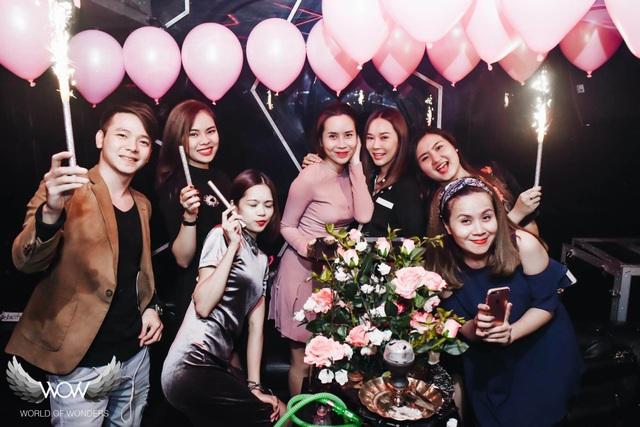 Lưu Hương Giang vui vẻ, hạnh phúc trong ngày sinh nhật cùng bạn bè.