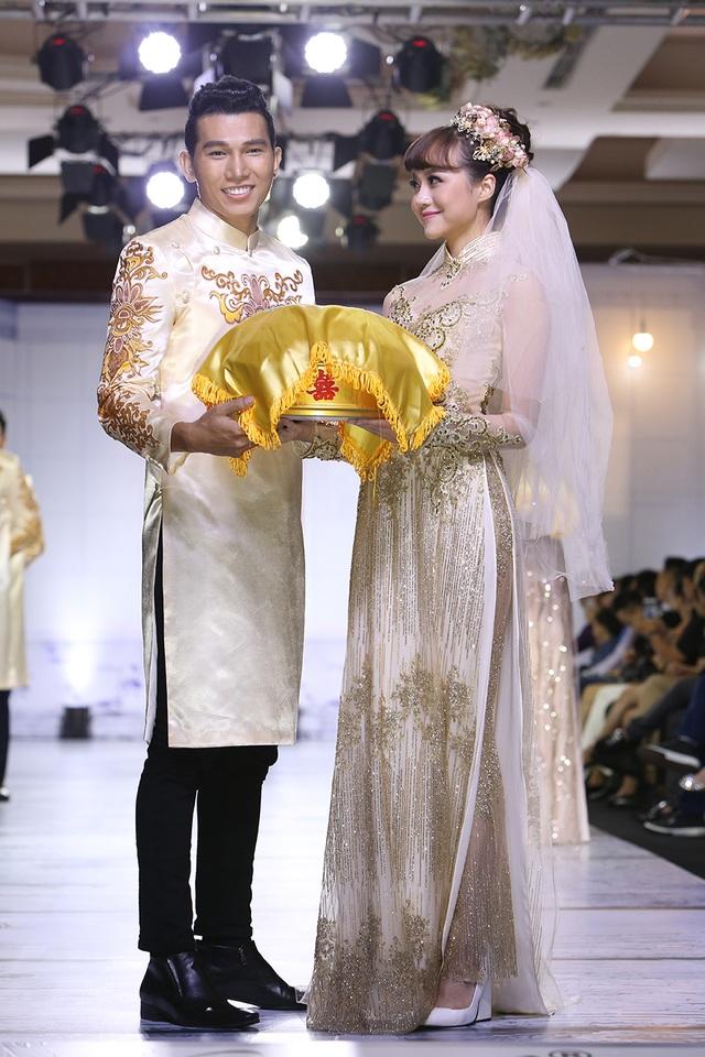 Trở lại với nét đẹp truyền thống của những bộ áo dài đôi dành cho cô dâu, chú rể là một hướng đi mới cho mùa cưới năm 2017 với những gam màu mạnh.
