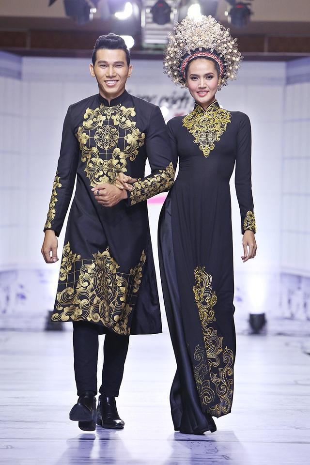 Hoa văn cách điệu màu sắc tạo nên sức hút cho chiếc áo dài cưới truyền thống của người Việt Nam.