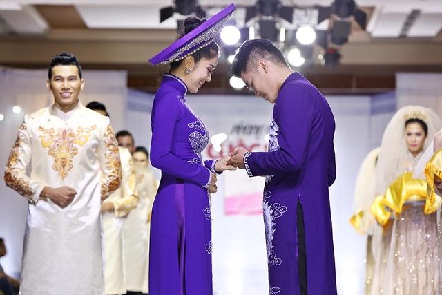 Phần trình diễn thời trang với còn có phần đeo nhẫn cưới đầy xúc động.