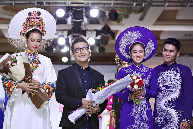 Các người mẫu bên cạnh nhà thiết kế Minh Châu trong bộ sưu tập áo dài cưới đầy ấn tượng lần này.