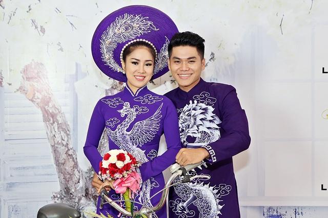 Và không chỉ chia sẻ hình ảnh trên facebook, cả hai đã có sự kết hợp với nhau trên sàn diễn thời trang trong trang phục áo dài cưới ton sur ton hạnh phúc.