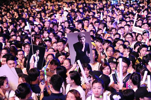 Những fans hâm mộ của Noo đến từ sớm để chờ đợi liveshow của anh