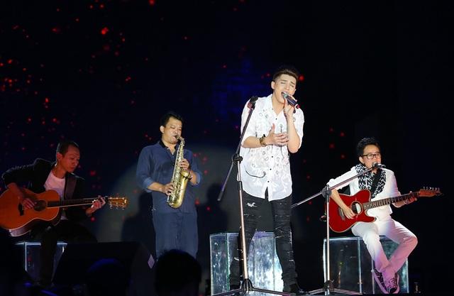 Noo Phước Thịnh khẳng định nội lực trong giọng hát qua 3 phần trình diễn, và dấu ấn đáng nhớ cũng là phần acoustic anh thể hiện với sự hỗ trợ của nhạc sĩ Phương Uyên.