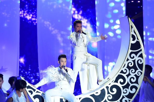 Mr.Đàm và Dương Triệu Vũ cùng mặc vest trắng có gắn lông vũ ấn tượng.