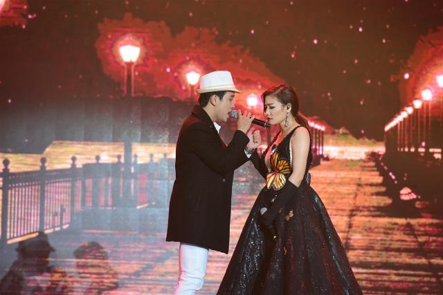 Triệu Lộc – Thu Trang cùng thể hiện liên khúc Tình nhạt phai – 999 đóa hồng – Tình phai cùng phần minh họa thú vị, hoành tráng.