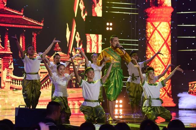 """Thạch Sớt diện nguyên """"cây"""" trang phục dân tộc, đồng thời thể hiện vũ đạo đặc trưng của Khmer"""