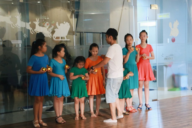 Biên đạo múa Phan Hiển còn dàn dựng tiết mục múa để quay MV lần này cho vợ