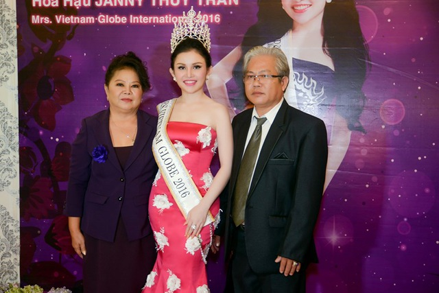 Hoa hậu Janny Thủy Trần vui vẻ chụp hình với người thân của mình