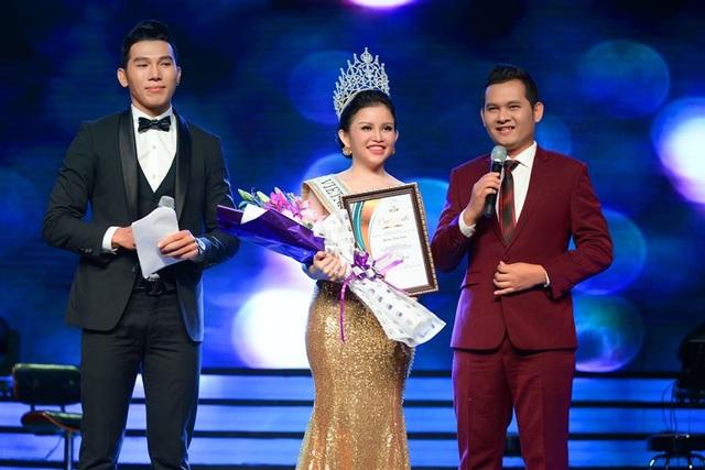 Ông Minh Huy – đại diện ban tổ chức cuộc thi Mrs. Globe Viet Nam International 2016  lên phát biểu và trao bằng chứng nhận cho Hoa hậu Janny Thủy Trần