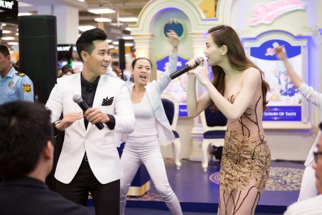 Cuối chương trình, cô cùng Nguyên Khang khuấy động sân khấu với một ca khúc vui tươi sôi động để gửi đến các thầy cô tham dự chương trình.