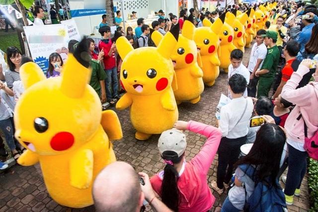 Ngoài mua sắm, ăn uống, lễ hội còn có sân khấu biểu diễn các hoạt động sôi nổi như diễu hành Pikachu, trình diễn âm nhạc bằng nhạc cụ, thi hát karaoke, chụp hình cùng mèo máy Doraemon...