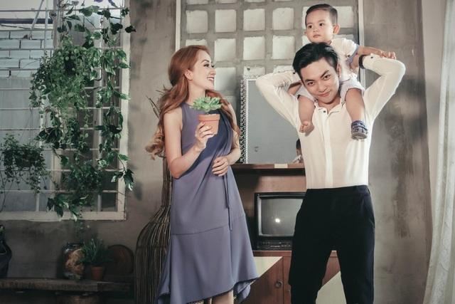 Dù kém tuổi nhiều so với Khánh Thi nhưng Phan Hiển luôn chững chạc, anh chăm sóc Khánh Thi từng chút một, cả việc chăm sóc Kubi, ông bố trẻ này cũng tỏ ra rất thành thạo.